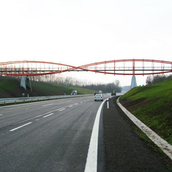 "footbridge across highway D8 - so-called ""cats eyes"""